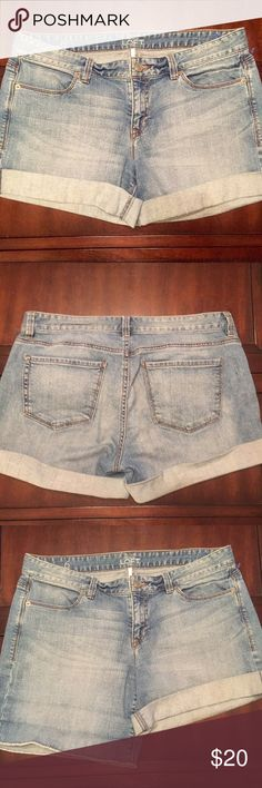 "Ann Taylor Loft Denim Shorts - Size 6 Great condition medium/light wash shorts. Zip fly. Inseam approximately 4"" when rolled and 7"" unrolled. LOFT Shorts"