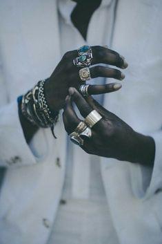 Pour savoir quelles sont les bagues fantaisie tendance pour homme pas cher, trouver votre bijoux idéal et suivre les courants actuels de la mode masculine.
