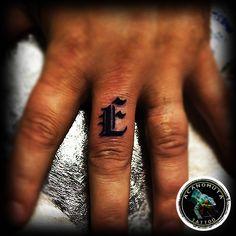 Γραμματα στα δαχτυλα ο,τι πιο must κυκλοφορει σε τατουαζ.