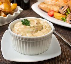 Ремулад - французский соус на основе майонеза. В его состав входят анчоусы, каперсы, маринованные огурчики, чеснок и зелень петрушки. В некоторых вариациях ремулада анчоусы заменяют консервированными сардинами, но анчоусы дают самый интересный и пикантный вкус.В сегодняшнем рецепте ремулад готовится на основе домашнего майонеза. При желании вы можете взять за основу готовый покупной майонез, но с [...]