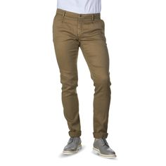 A classic pleated trouser by Masons. Made of a cotton blend for excellent comfort. Finished with a zip fly. Wear with a dark navy.