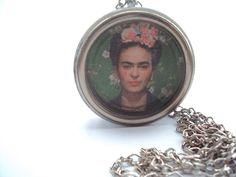 Orgonite Frida Kahlo. Única e intensa, Frida Kahlo pode ser considerada uma mulher a frente de seu tempo e cheia de vida – mesmo com todas as dificuldades que precisou enfrentar, desde doenças a traições – e se tornou, ao longo dos anos e até depois de sua morte, um ícone das artes e do universo feminino. Uma orgonite para mulheres fortes.   Dimensões: 4,5 X 4,5 Frete sob consulta.  Pedidos: (85) 98718 1812