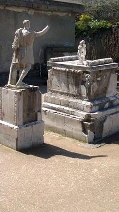 La statua rappresenta un uomo adulto, in piedi con il peso del corpo appoggiato sulla gamba sinistra, mentre la destra è leggermente piegata. Il braccio destro è alzato in segno di saluto e il sinistro sorregge le pieghe del mantello.Il volto squadrato, dall'espressione sobria, l'ampia fronte stempiata solcata da rughe, il naso dal profilo dritto e deciso,le labbra sottili, il mento prominente concorrono a dare l'idea di forza e autorevolezza del personaggio.La statua indossa una corazza in…