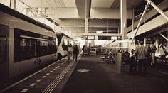 Ik reis vaak met de trein (Thalys) naar Parijs. Als je wilt, kun je op-en-neer in 1 dag. Dus als je een beetje goed plant, is het heel goed te doen. Vanuit Amsterdam ben je er in 3 uur 16 minuten en vanuit Rotterdam zelfs in 2 uur en 37 minuten.