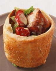 Cesar Salad im Sesam-Knusperring mit Salbeihuhn