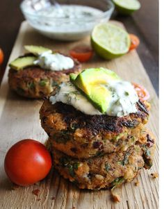 Mexican Bean Burgers Fresh, fragrant, tasty and full of beans - literally! Topped with a yoghurt salsa, they make a super-healthy lunch or light dinner. Burger Recipes, Vegetarian Recipes, Healthy Recipes, Burger Ideas, Quick Recipes, Healthy Foods, Burger Fresh, Good Burger, Bean Burger