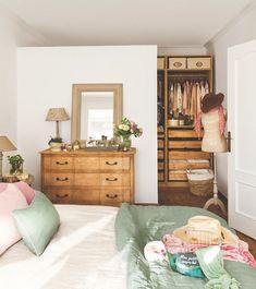 Dormitorio con vestidor abierto oculto tras un murete que no llega hasta el techo - #decoracion #homedecor #muebles
