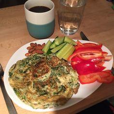 Spinatpandekage med grønt og nødder til morgenmad idag  2 klumper spinat tøs op, piskes med en gaffel med 2-3 æg, salt og timian