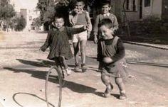 22 φωτογραφίες που δείχνουν πως έπαιζαν τα παιδιά στην παλιά Ελλάδα - Τι λες τώρα; Memoirs, Athens, Old Photos, Greece, Nostalgia, Childhood, Bicycle, Children, Old Pictures