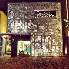 Sobrado Espaço Multiuso em Santos Facade Design, Exterior Design, Interior And Exterior, Signage Design, Restaurant Exterior, Restaurant Design, Floating Restaurant, Commercial Architecture, Facade Architecture
