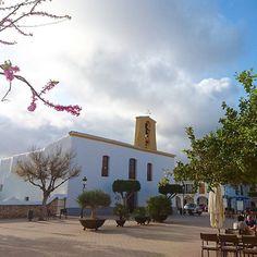 Adoro las plazas de los pueblos. Su serena belleza, la paz que transmiten...  🔸Esta es la preciosa plaza de Santa Gertrudis, en Ibiza.  🔹Una maravilla poder sentarte en esa terracita a tomar algo, mientras los peques juegan por la plaza. ¿No os parece?    #hoyquieroenseñarte  #santagertrudis #Ibiza #Eivissa #pueblitobueno #plazadelpueblo  〰️〰️〰️〰️〰️ ❇️ 〰️〰️〰️〰️〰️  💻 www.conlosninosenlamochila.com  〰️〰️〰️〰️〰️ ❇️ 〰️〰️〰️〰️〰️