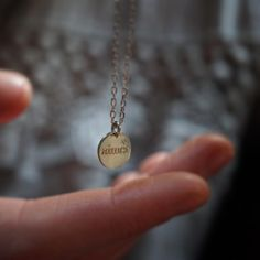 • aimer par dessus tout • Médaille 10 mm personnalisable sous 48 h en plaqué or ou en argent disponible sur delphinepariente.fr ou dans nos boutiques à Paris et à Biarritz