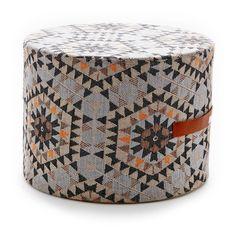 House of Rym poef mozaïek oranje/roze  Mooie poef met mozaïekprint.  Deze poef is in twee kleur samenstellingen te verkrijgen. Echt een prachtig exemplaar.  De poef is jaquard geweven en voorzien van een leren handvat.  materiaal: textiel kleur: multicolour afmeting: 40 cm en de hoogte 30 cm.   Prijs: €109,95