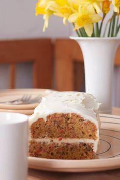 Das darf bei einem österliches Kaffeetrinken auf keinen Fall fehlen: Möhrenkuchen mit Frosting - da kommt der Osterhase auf jeden Fall vorbei!