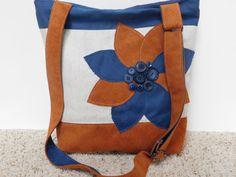 Esta es una de un tipo bandolera bolso con un cierre de cremallera, esta bolsa no se duplicará. Es usted la persona que le encanta tener algo sólo para ti, que nadie será el dueño de-esta bandolera fue creada con usted en mente. Me encanta la combinación de azul marino y naranja juntos. El brillo de la naranja y la fuerza del azul todo a tierra junto con el trigo Tan de color fondo. Tendencias colores de azul y naranja ambos se exhiben en las combinaciones de tela tejido en este bolso. La…