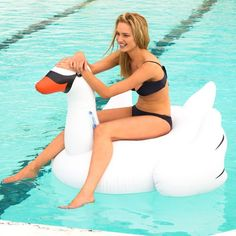 Swan around the pool on Sunnylife's Inflatable Swan! Featuring a large base to lounge on, this enormous swan features handles on its elegant neck to hold onto or lie back and use its tail as a pillow – the choice is yours!