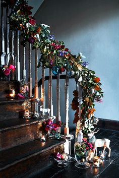 Ten Country Christmas Hallway Ideas on Modern Country Style. Click through for details… - 2019 Home Ideas Christmas Hallway, Christmas Staircase Decor, Easy Christmas Decorations, Noel Christmas, Country Christmas, Simple Christmas, Winter Christmas, Holiday Decor, Homemade Christmas