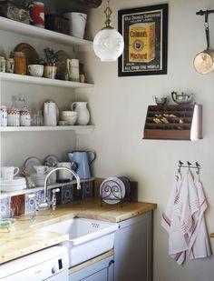 'n Kombuis het altyd te min pakplek. Benut jou muurspasie om so pakplek en uitstalruimte te skep. Rakke met kleurkontras In hierdie klein kombuis is rakke op eenvoudige stutte geïnstalleer. Dit is op ooghoogte gedoen met die rak en onderste … Interior Ideas, Home Improvement, Kitchen Cabinets, Craft, Tips, Inspiration, Home Decor, Biblical Inspiration, Decoration Home