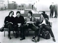 The Kinks - Aéroport le Bourget - 1965 © Copyright Roger Kasparian Serge Gainsbourg, Music Is Life, New Music, Rolling Stones, Dave Davies, Françoise Hardy, Wall Of Sound, Les Beatles, Band Photography