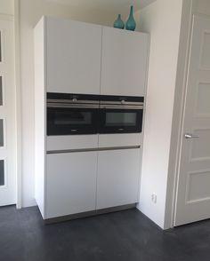Moderne keuken witte keuken stoomoven zelfreinigende oven vloer is woonbeton