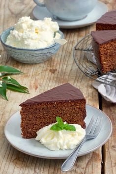 rezept einfach Sacher cake recipe - Simple recipe for a juicy Sacher cake. The Sacher Cake is one of the most famous Viennese culinary specialties. Quick Recipes, Quick Easy Meals, Sacher Cake Recipe, Pastel Sacher, Cake Recept, Best Chocolate Cake, Food Cakes, World Recipes, Bakery