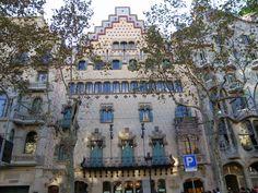 La Casa Amatller és un edifici modernista de Barcelona. És el segon més important del Passeig de Gràcia. Va ser construït per l'arquitecte Josep Puig i Cadafalch, entre els anys 1898 y 1900. L'edifici va ser un encàrreg del xocolater Antoni Amatller a Josep Puig, que va idear aquest palau gòtic urbà, amb una faceta plana, un pati central, etc.