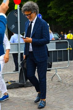 Discover the details that make the difference of the best streetstyle unique people with a lot of style Blue Costumes, Best Shopping Sites, Cotton Blazer, Jacket Style, Well Dressed, Mens Suits, Gentleman, Spring Fashion, Fashion Dresses