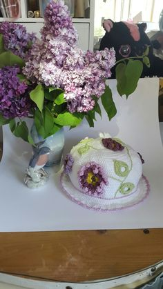 Hæklet bøllehat med blomster. Hæklet I bomuld