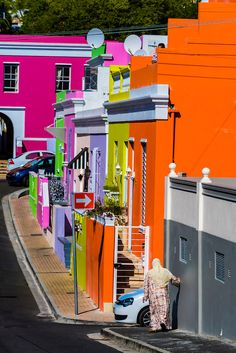 Brightly colored hauses in de Bo-Kaap quarter of Cape Town in South Africa. It was formerly known as the Malay Quarter Beautiful World, Beautiful Places, Preschool Decor, Living Colors, Colour Architecture, Cape Town South Africa, Worldwide Travel, Color Of Life, House Colors