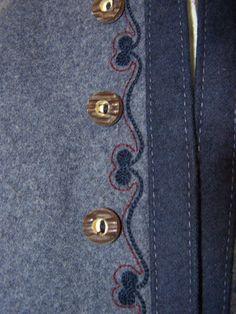 Sehr schönes Trachtenkostüm aus taubenblauem Loden. Es besteht aus einem Rock mit einer Kellerfalte vorne, und der passenden Jacke mit Stehkragen. Die Bluse ist nicht dabei.  Beide Teile sind...