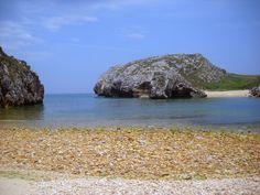 La Playa Cuevas del Mar se encuentra escondida en el Paisaje Protegido de la Costa Oriental Asturiana y es de arena blanca fina con aguas cristalinas situada en un entorno rural con pequeños acantilados y praderías.
