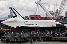 Intrepid Air and Space Museum (Museu de Ar e Espaço) em Nova York. Público esperava a chegada do ônibus espacial Enterprise / Andrew Burton/Getty Images/AFP