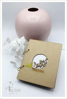 """Aurel : #Tampons et #matrices de coupe #dies #4enSCRAP """"#Minialbum printemps"""" #scrapbooking Mini Albums, Coin Photo, Minis, Tampons, Scrapbooking, Place Cards, Container, Place Card Holders, Scrapbooks"""