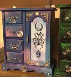Customisation armoire/boite à bijoux bois féerique Painted Jewelry Boxes, Painted Boxes, Cute Furniture, Painted Furniture, Jewelry Box Makeover, Art Shed, Wiccan Decor, Goth Home Decor, Creative Box