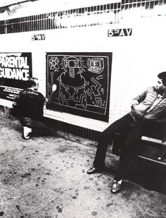 Keith Haring creating a graffiti mural in a NY subway station, c. Keith Haring, Haring Art, Jm Basquiat, S Bahn, Birth And Death, Bad Painting, Nyc Art, Nyc Subway, Street Culture