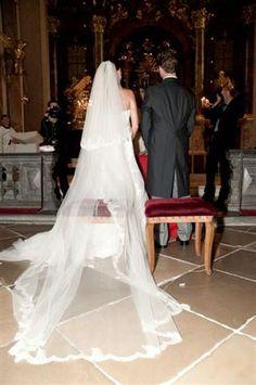 langer Schleier bei der Trauung Inspiration, Wedding Dresses, Fashion, Veils, Dress Wedding, Kleding, Biblical Inspiration, Bride Dresses, Moda