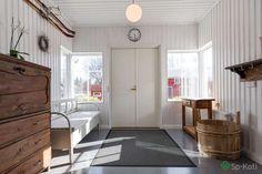 Vaalea paneeliseinä ja tummemman harmaa lattia Entryway Bench, Sweet Home, Stairs, Cottage, Rustic, Traditional, House, Inspiration, Furniture
