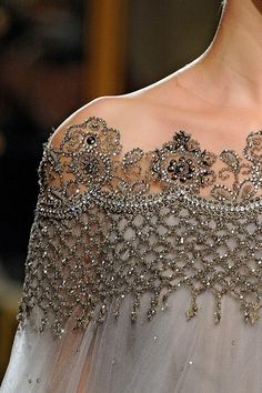 Marchesa lace and Glamour Fashion Details, Look Fashion, Couture Details, High Fashion, Fashion Spring, Fashion Design, Marchesa Spring, Lesage, Mode Outfits