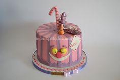 Torta Alice in Wonderland: con copertura a righe, Brucaliffo, Stregatto, nome e numero personalizzati e modellati a mano