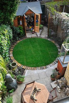 Fresh idea of the day : circular lawn with a brick border.