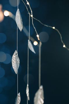 A DIY metal leaf garland with twinkle lights is perfect for adding cheer to your house, for the holi. - Diy and crafts Leaf Garland, Diy Garland, Diy Craft Projects, Diy And Crafts, Metal Projects, Craft Tutorials, Kitsch, Do It Yourself Crafts, Twinkle Lights
