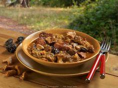 Hozzávalók: maréknyi szárított erdei gomba (ha van friss, akkor kétmaréknyi, mégpedig eredetileg rókagomba), 1-2 vöröshagyma, 5 dkg szalonna, 8 dkg zsír (6-7 evőkanál olaj), 1,5 kg savanyú káposzta, só, 1 kg vegyes vörös hús (marha és ... Japchae, Thai Red Curry, Food And Drink, Favorite Recipes, Beef, Meals, Dishes, Ethnic Recipes, Desserts