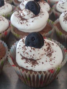 Cupcakes de chocolate y oreo.