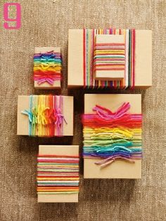 Emballage Papier Cadeau Use yarn scraps to wrap your gifts. Present Wrapping, Creative Gift Wrapping, Creative Gifts, Wrapping Papers, Diy Wrapping, Gift Wrapping Ideas For Birthdays, Birthday Wrapping Ideas, Cute Gift Wrapping Ideas, Kid Birthdays
