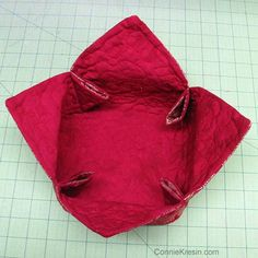 Fabric Baskets Tutorial - DIY projects for quilters and crafters - easy to make. Perfect for beautiful quilted gifts. Bag Patterns To Sew, Sewing Patterns, Rug Patterns, Sewing Tutorials, Sewing Crafts, Bag Tutorials, Sewing Ideas, Fabric Basket Tutorial, Purse Tutorial