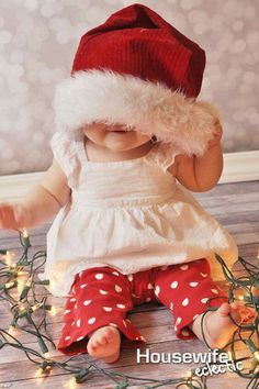 Housewife Eclectic: 10 Ways to Remember Baby& First Christmas - Photography - 3 Month Old Baby Pictures, 1 Month Old Baby, Baby Girl Photos, Cute Baby Pictures, Toddler Christmas Photos, Baby Christmas Photos, Babies First Christmas, Christmas Postcards, Christmas Christmas