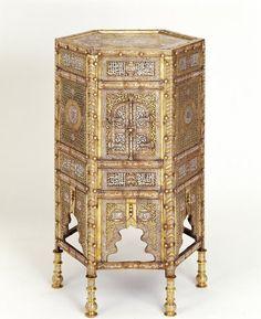 Grand meuble à Coran « Kursi » de forme hexagonale en laiton ciselé, ajouré