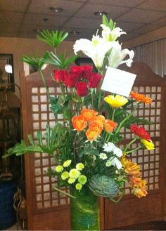 glass vase floral arrangement with casa blanca lilies
