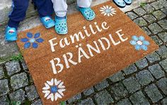 Die personalisierte Fußmatte verrät auf Anhieb, wer hier wohnt: kreative Ästheten.