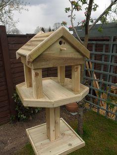 ideas for bird feeders station woods Wood Bird Feeder, Best Bird Feeders, Bird House Feeder, Wooden Bird Houses, Bird Houses Diy, Bird Tables, Homemade Bird Houses, Bird Feeding Station, Bird House Plans